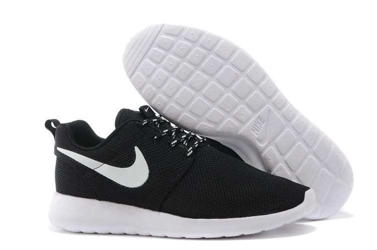 nike roshe run 2015 nike roshe run noir et blanc femme chaussures nike running. Black Bedroom Furniture Sets. Home Design Ideas